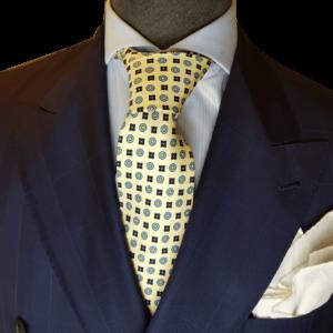 Gelbe Krawatte mit Floralmuster