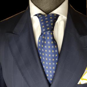 Blaue Krawatte mit gelbem Muster