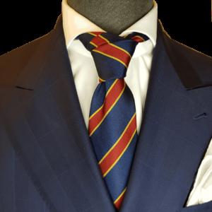 Dunkelblaue Krawatte mit roten Streifen