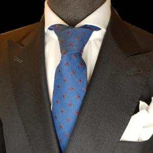 Hellblaue Krawatte mit roten Punkte