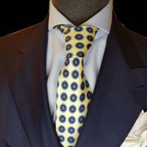 Gelbe Krawatte mit Emblemen